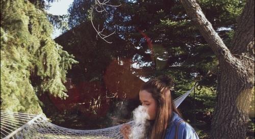 chica fumando hierva