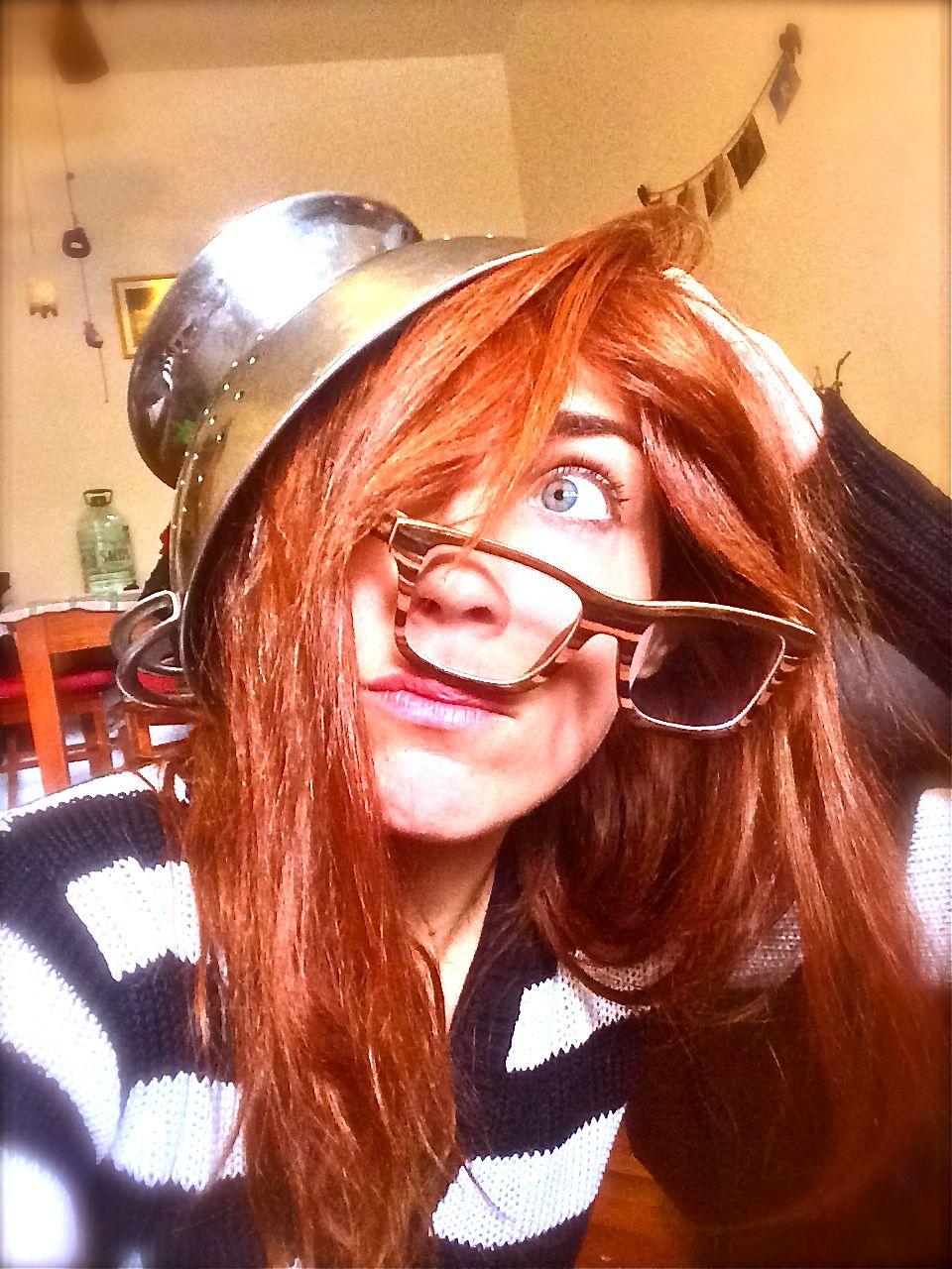 chica peliroja con lentes chuecos