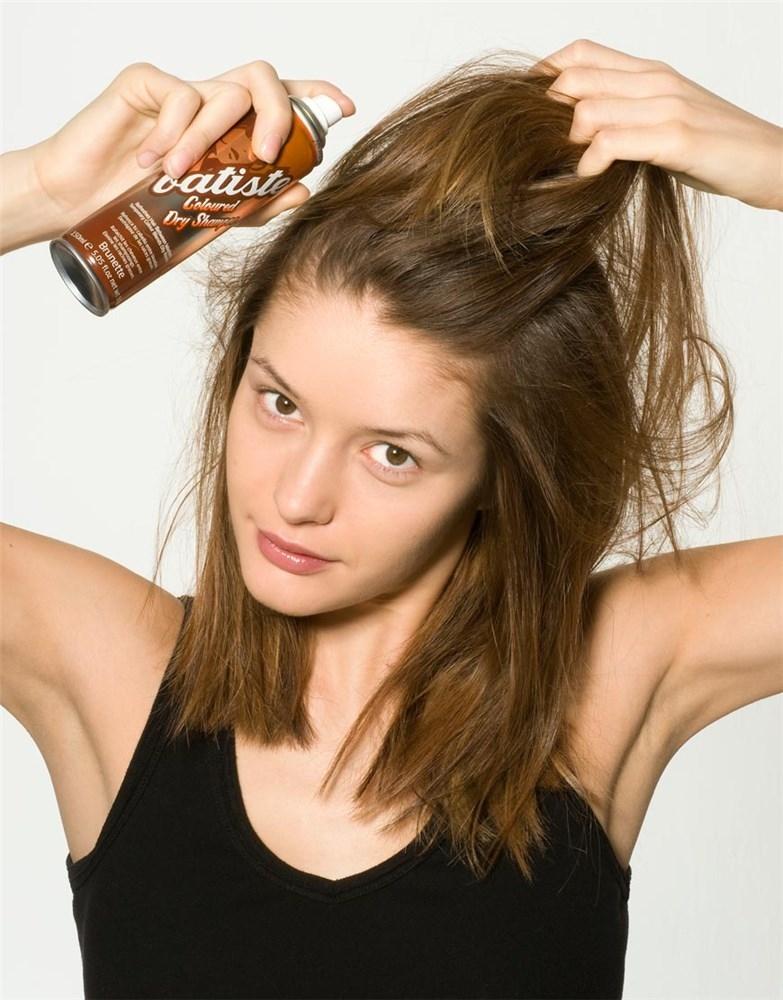 chica usando shampoo en spry