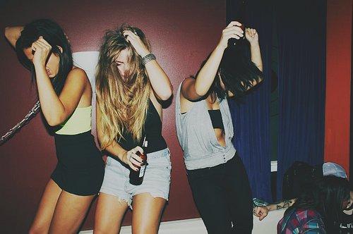 chicas bebiendo en fiesta