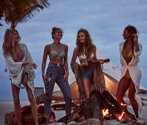 chicas tocando instrumento musical