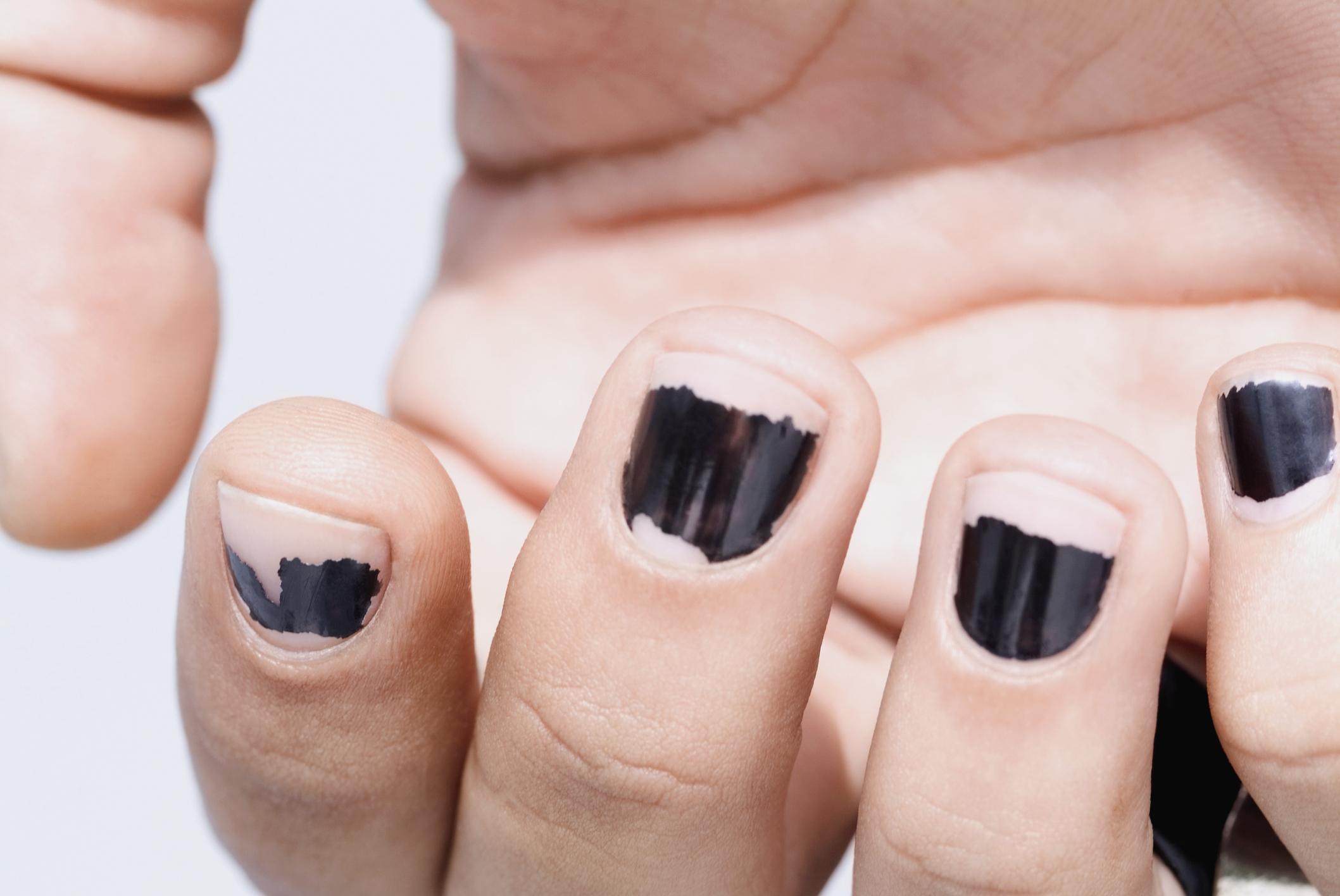 comerte el esmalte de las uñas