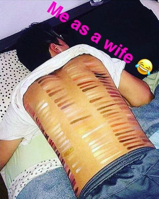 Mujer pintando a su esposo de la espalda