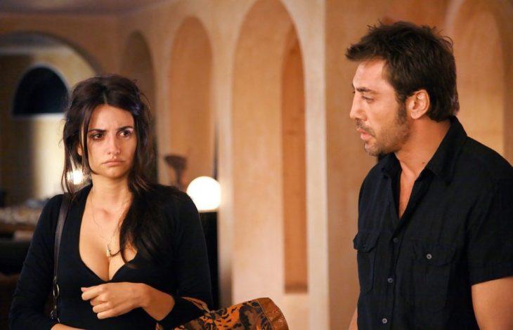 mujer y hombre vestidos de negro