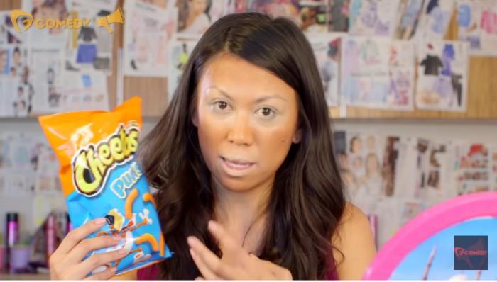 mujer con bolso de cheetos