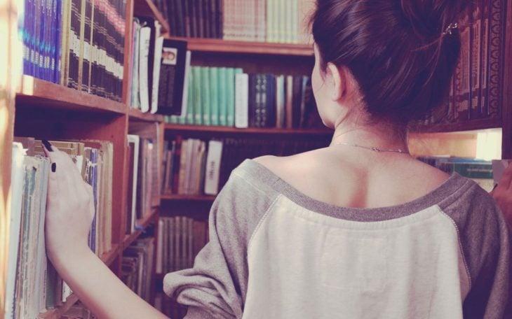 chica buscando libro