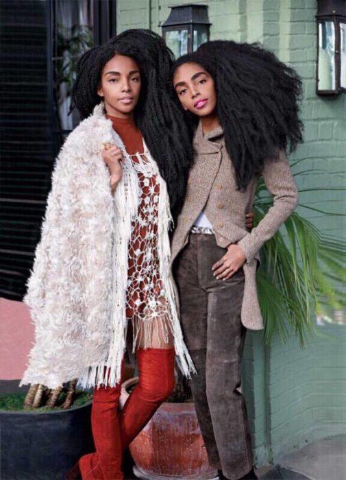 Gemelas con cabello afro al natural