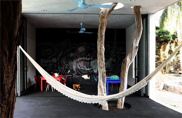 habitación con hamaca y árbol