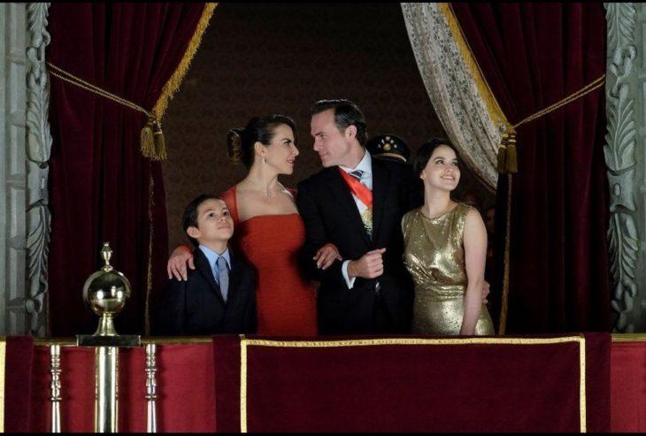 familia presidencial hombre y mujer tomandos del brazo
