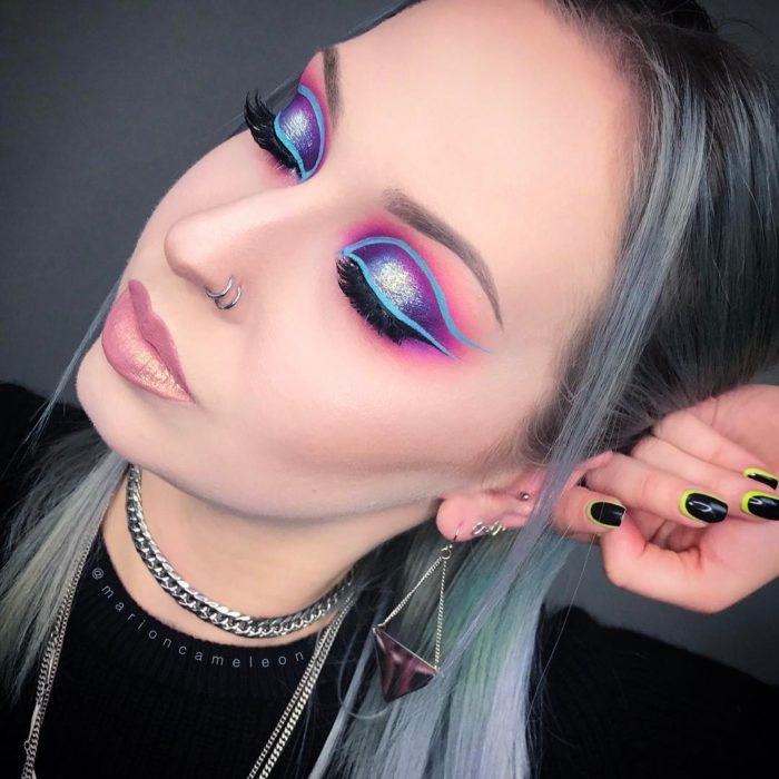 Chica usando un maquillaje neón