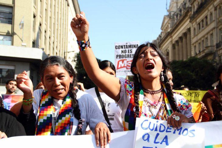 mujeres en una marcha