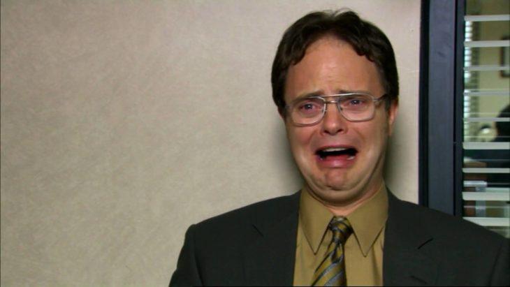 hombre gritando con lentes