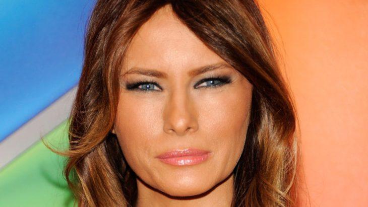 mujer de ojos azuleas enojada