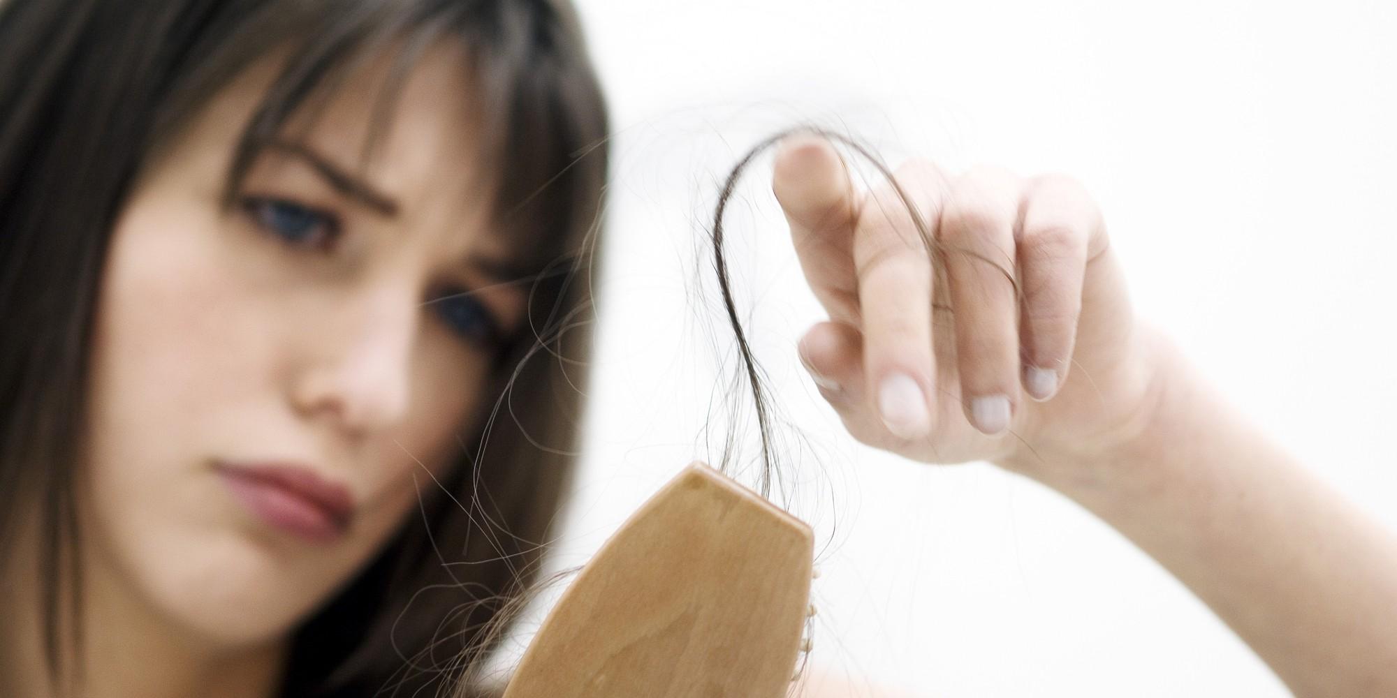 mujer perdiendo el cabello