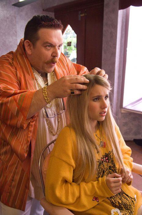 mujer rubia en una peluquería