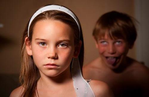 niña enojada con hermano