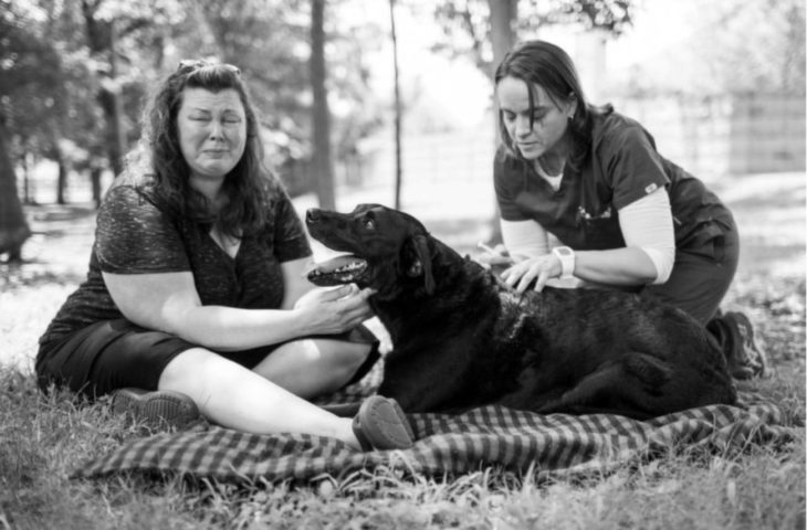 mujer con perro llorando