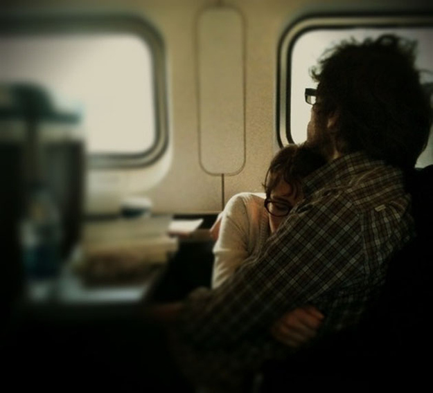 pareja abrazada en el tren