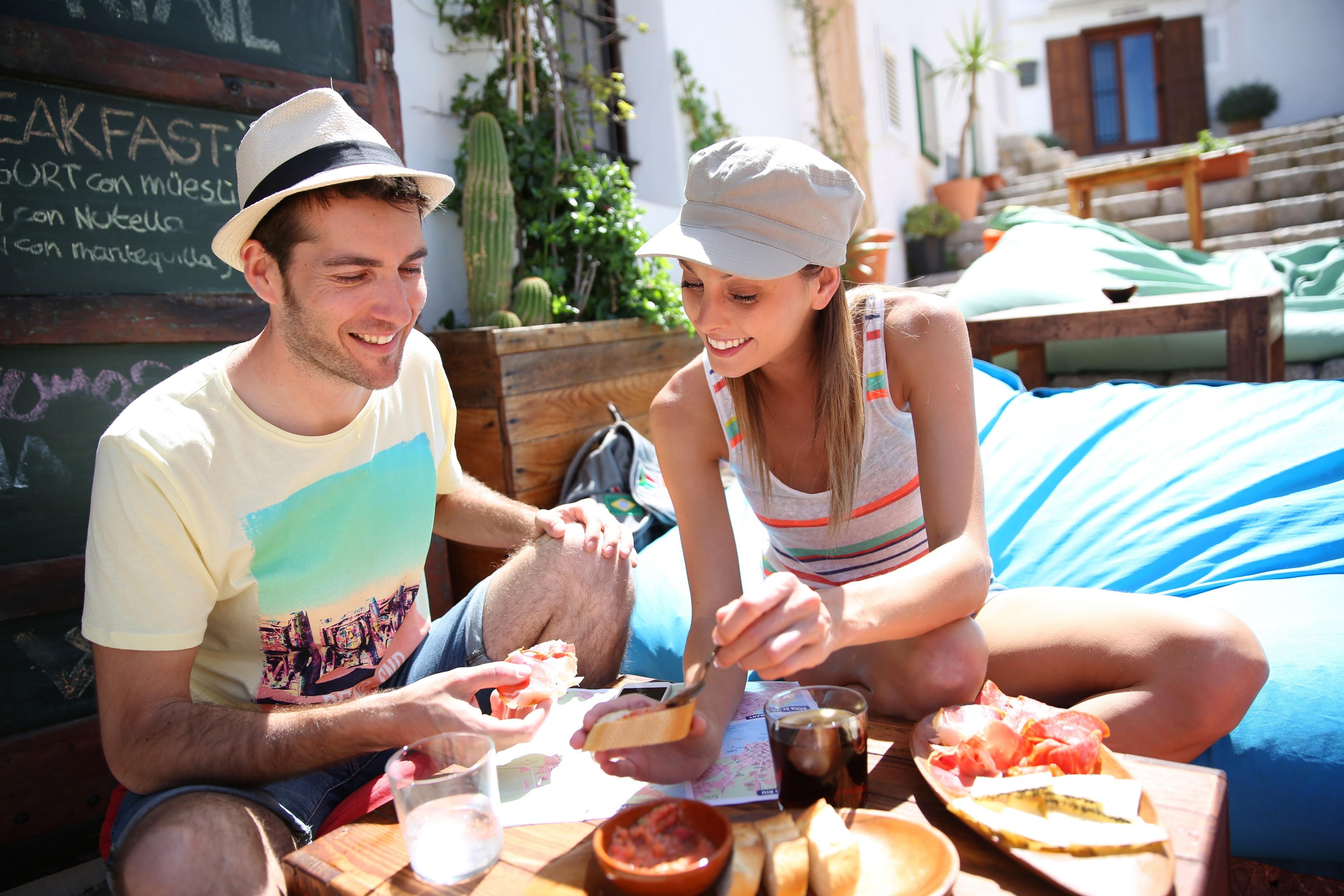 pareja disfrutando de una rica comida en restaurante