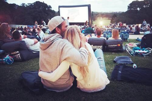 pareja en el cinema viendo pelis en el pasto