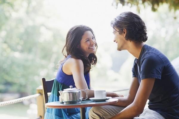pareja mirandose a los ojos directamente en restaurante