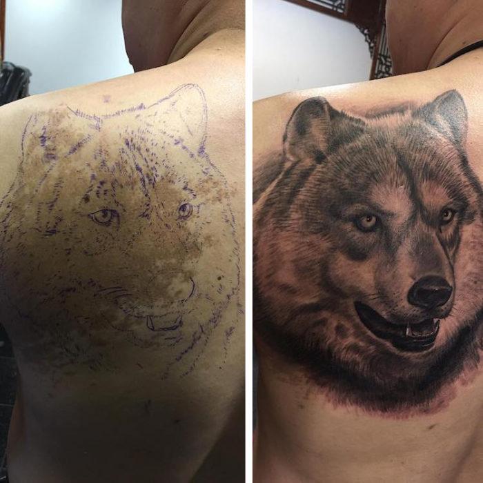 Chico con un tatuaje de lobo en la espalda