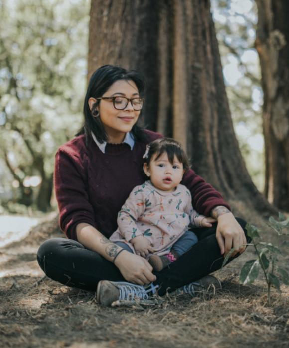 mujer con lentes y una niña