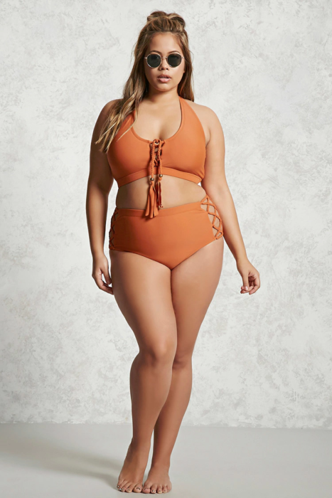chica talla extra con traje de baño naranja