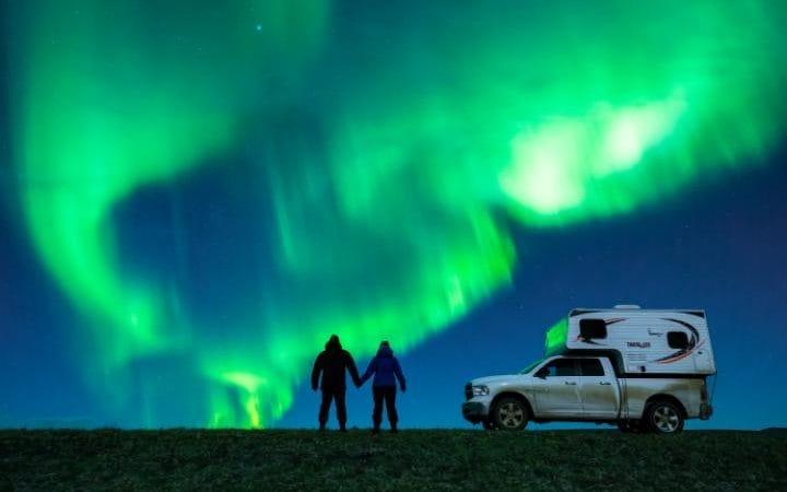 dale y karlie frente a la aurora boreal comprometidos