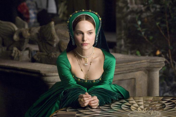 mujer con vestido verde