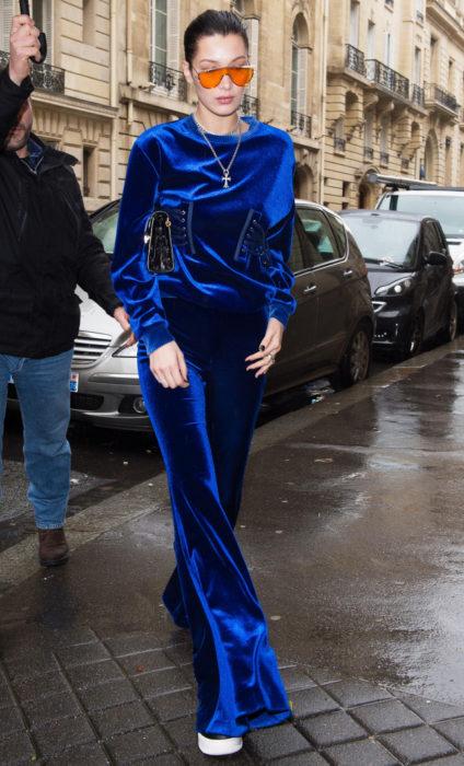 Bella hadid usando unos pantalones de terciopelo azul