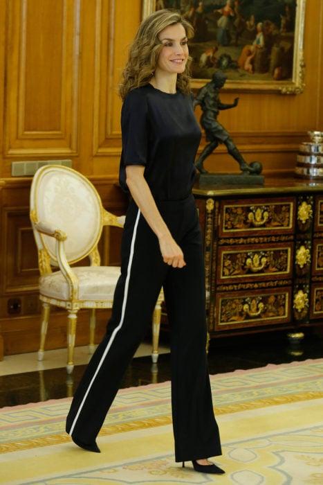 Reina Letizia usando track pants en color negro