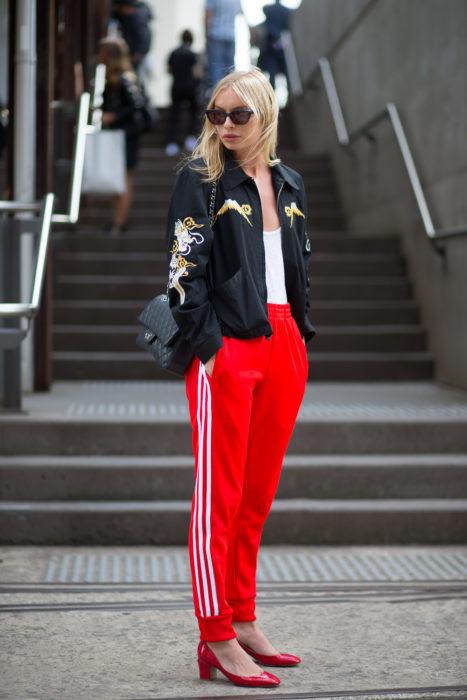 Chica usando unos track pants como la nueva tendencia