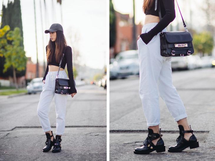 Chica usanod unos track pants con botas de piso