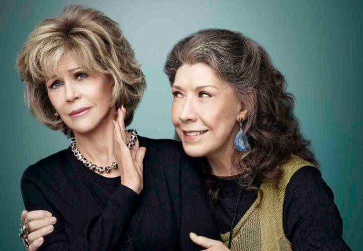 mujer rubia y mujer de cabello castaño