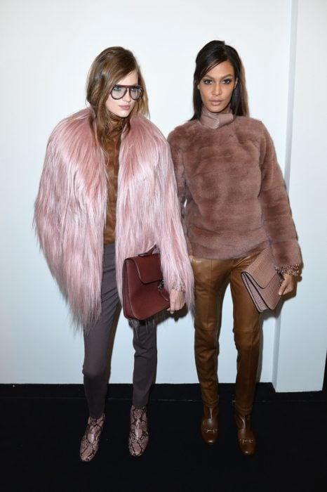 par de chicas con abrigos de pelucha color rosa malva
