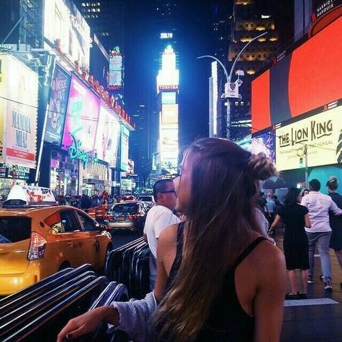 chica feliz por la ciudad