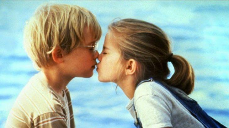 chico rubio besando a una niña