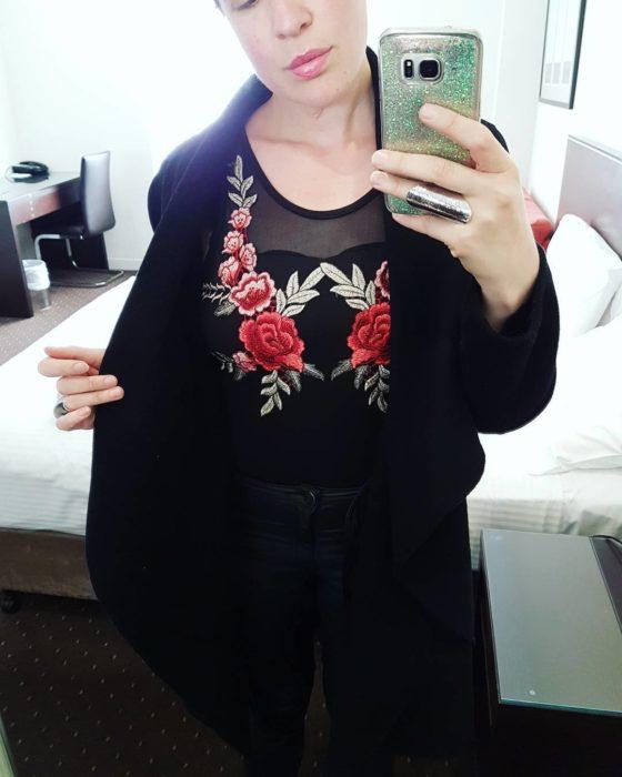 mujer con vestido negro bordado