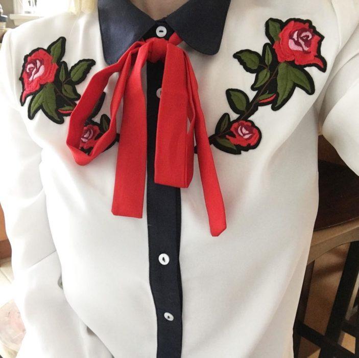 camisa con cuello y moño rojo bordado de flores