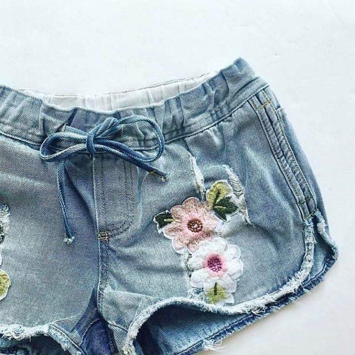 short de mezclilla con bordado de flores