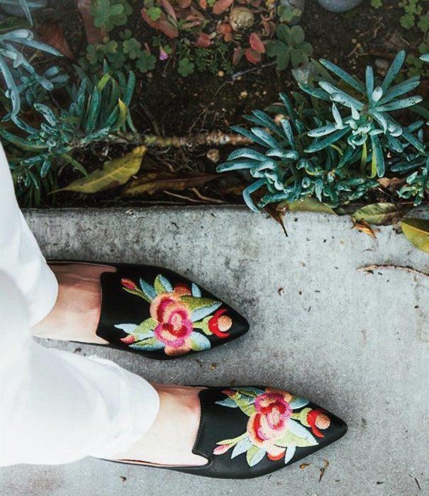 pies de mujer con zapatos bordados con flores