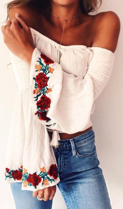 bujer con blusa sin hombros bordada de flores