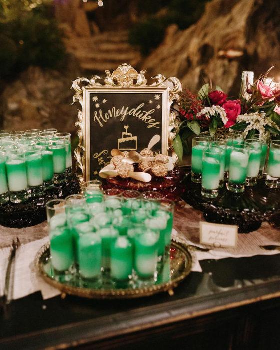 frascos verdes con pociones
