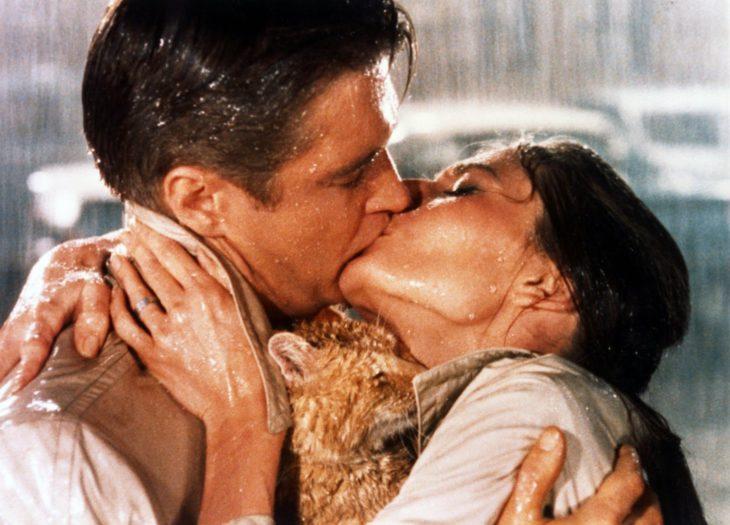hombre besando a mujer en la lluvia