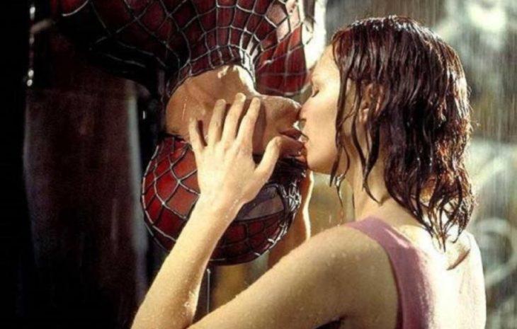 hombre besando a mujer de cabeza