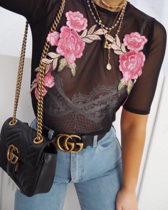 mujer con transparencia de bordado de flores