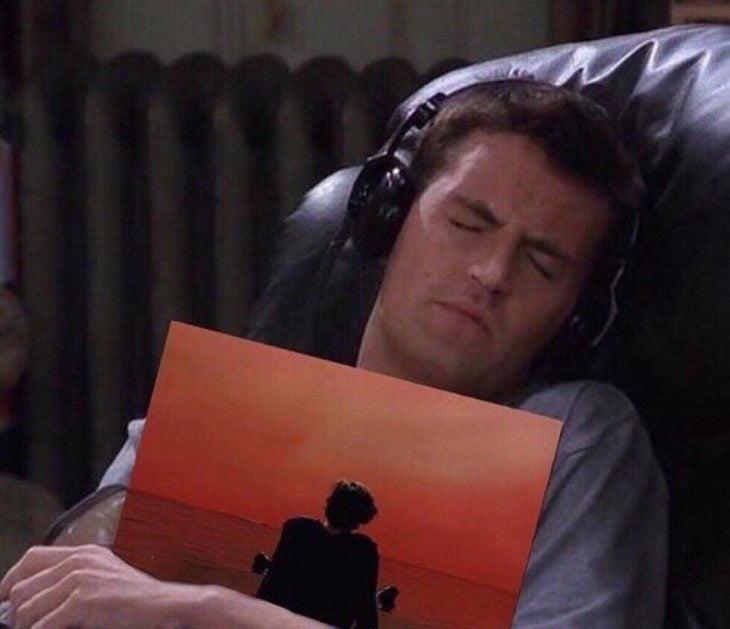 hombre con audifonos abrazado de un cd