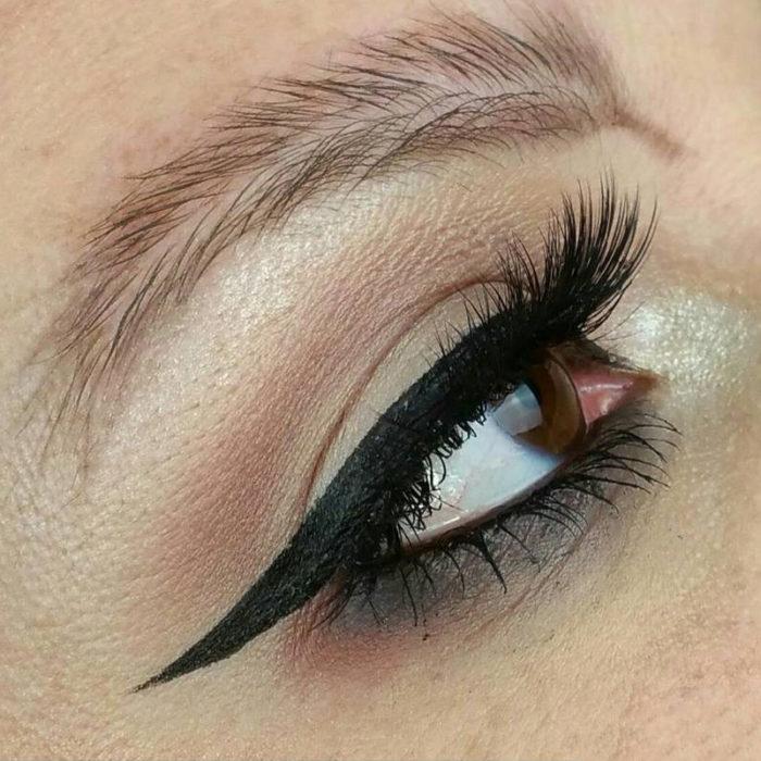 Chica con cejas de plumas, nueva tendencia de Instagram