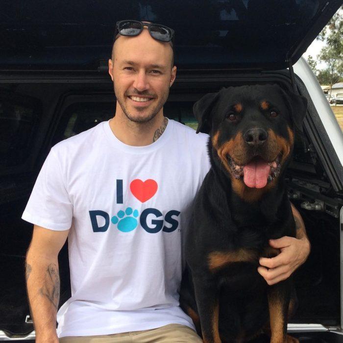 Chico nombrado el más grande amante de los perros del mundo